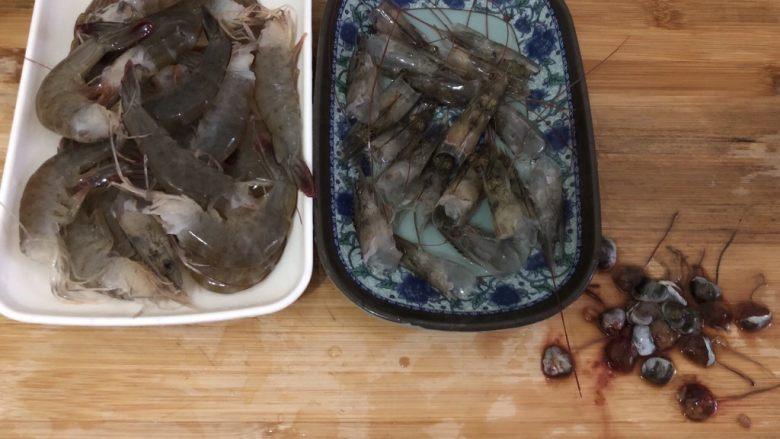 自制虾滑,全部弄好后,头尾分开,各自清洗一下,(旁边的是虾屎,所以大家不管是清蒸、红烧、水煮都要弄掉)