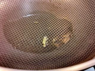 南瓜蒸排骨,丢下葱,葱变色,温度就够了