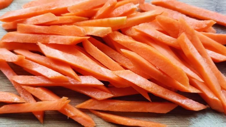青椒炒胡萝卜,胡萝卜切成丝