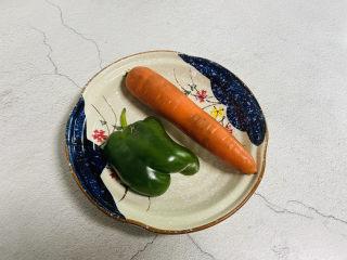 青椒炒胡萝卜,准备好食材