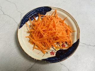 青椒炒胡萝卜,切丝备用