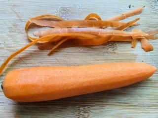 青椒炒胡萝卜,胡萝卜去皮洗净