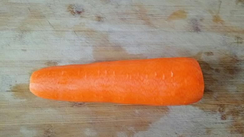 青椒炒胡萝卜,胡萝卜去掉两头,削皮清洗一下备用