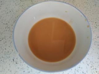 青椒炒胡萝卜,小碗中放入一勺生抽,半勺蚝油,一勺淀粉,适量清水,搅拌均匀
