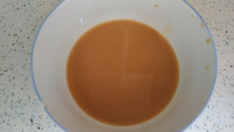 青椒炒胡萝卜,小碗中放入一勺生抽,半勺<a style='color:red;display:inline-block;' href='/shicai/ 721'>蚝油</a>,一勺淀粉,适量清水,搅拌均匀