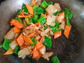 青椒炒胡萝卜,大火烧开翻炒均匀关火出锅