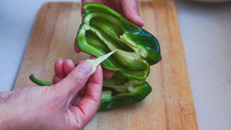 青椒炒胡萝卜,去掉青椒的籽、筋膜