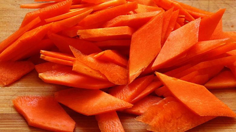 青椒炒胡萝卜,切好的胡萝卜段,再横着切薄片,就是漂亮的菱形片
