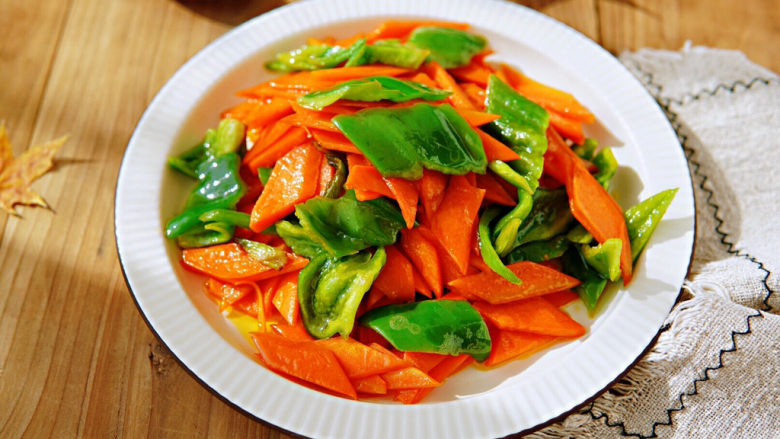 青椒炒胡萝卜,胡萝卜软软香香微甜,香味十足,青椒煸炒的时间短,入口清脆鲜咸,胡萝卜炒出来的胡萝卜油,用来拌白饭是最香的