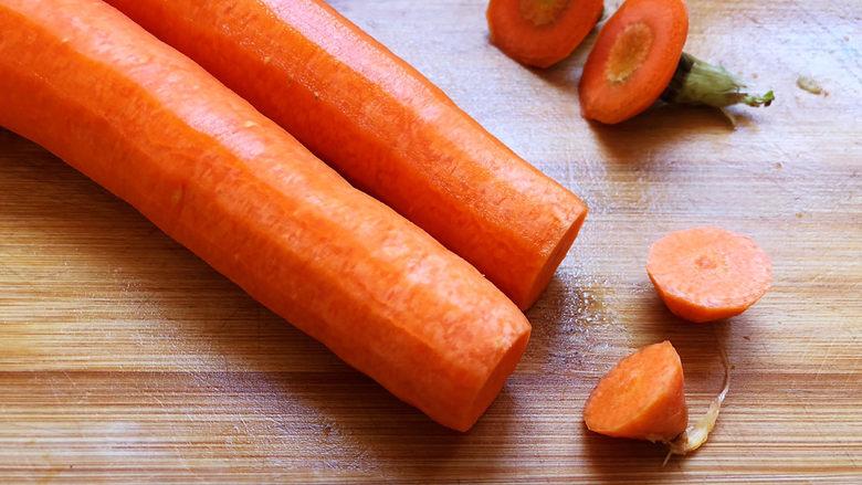 青椒炒胡萝卜,去掉根部、尾端