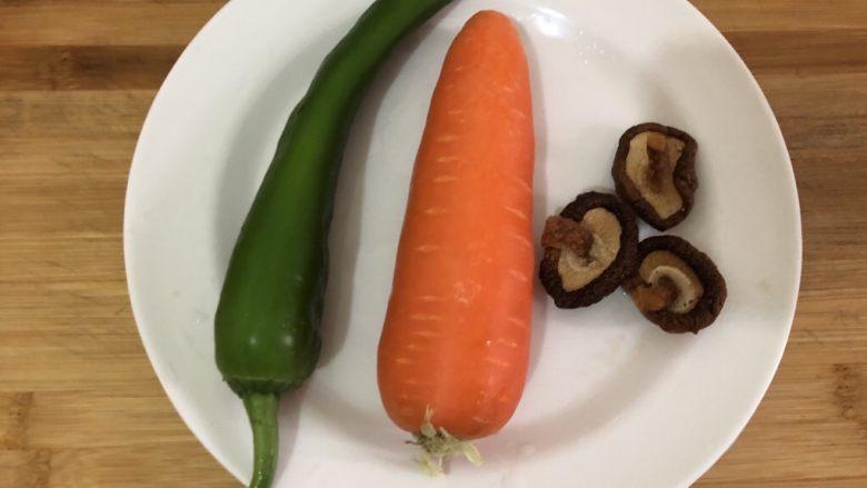 青椒炒胡萝卜,准备食材