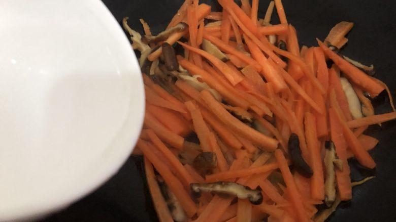 青椒炒胡萝卜,加入少许水翻炒二分钟