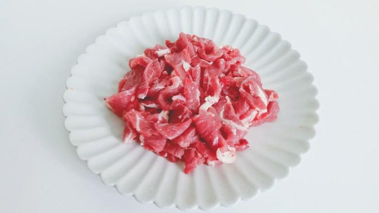 豆芽炒粉丝,牛肉顺着纹路横着切成丝。