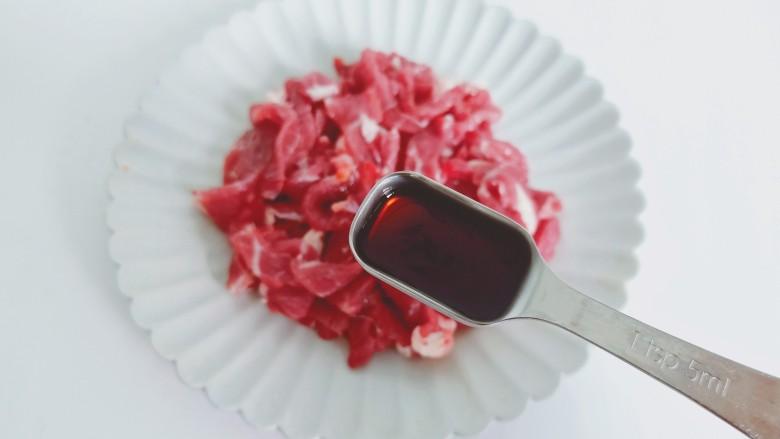 豆芽炒粉丝,加上一勺蚝油提鲜。