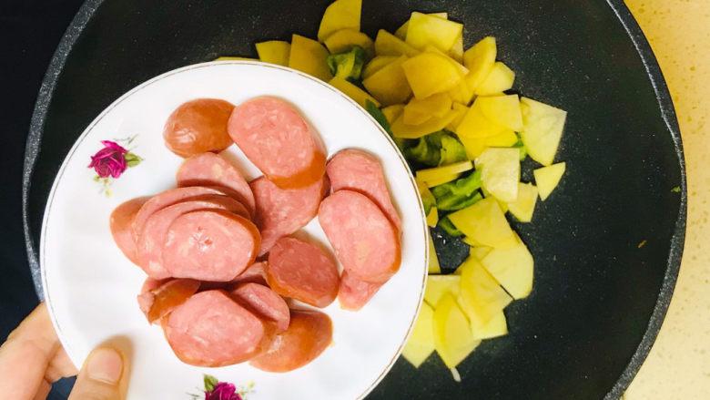 尖椒土豆片,加入香肠片