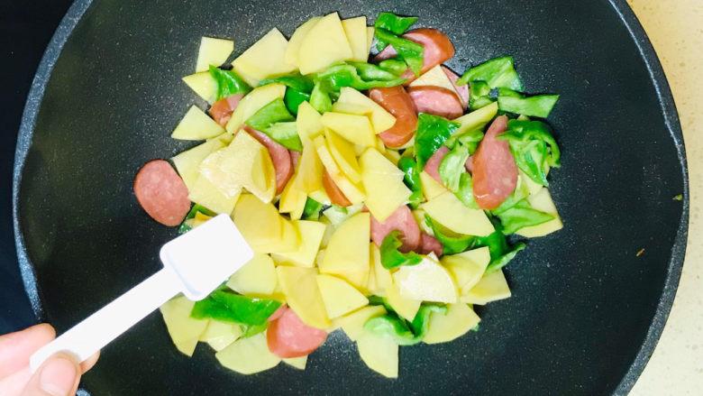 尖椒土豆片,翻炒均匀,撒入盐调味