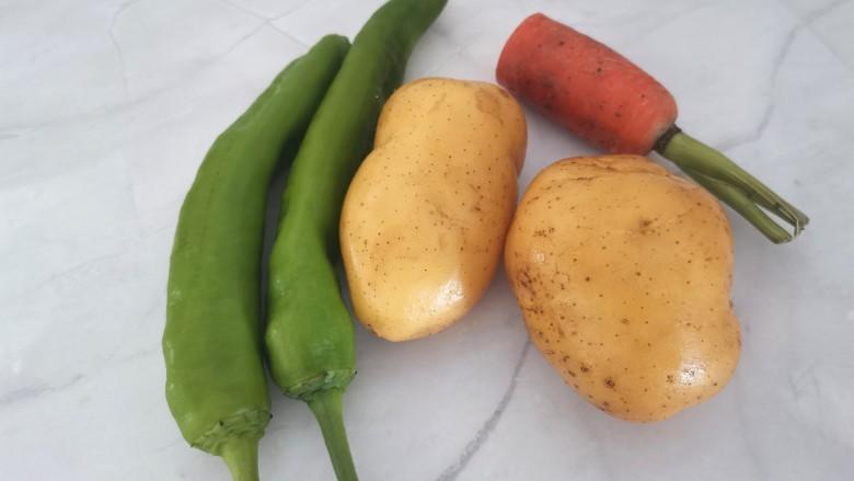 尖椒土豆片,准备食材