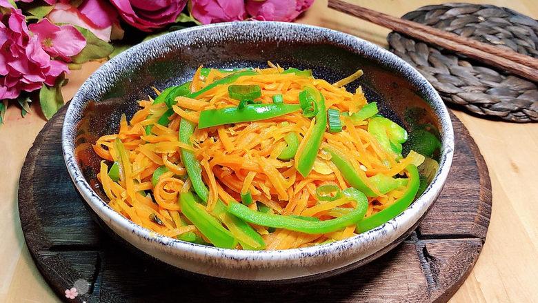 青椒炒胡萝卜,清清淡淡,好吃又下饭。