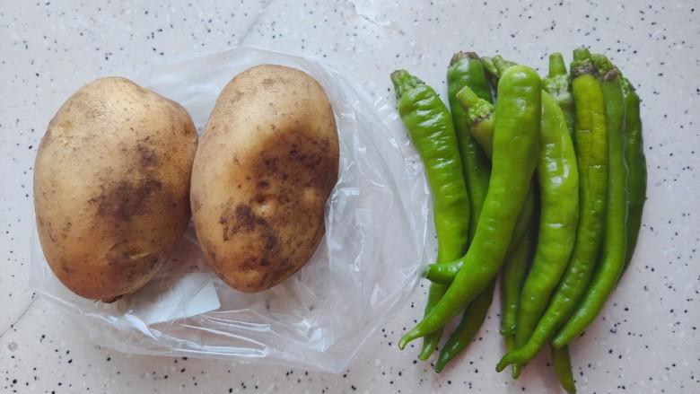 尖椒土豆片,首先我们准备好所有食材