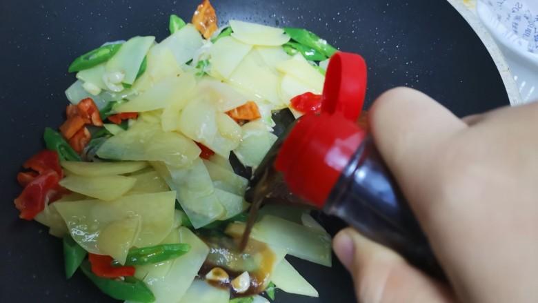 尖椒土豆片,加入一勺醋