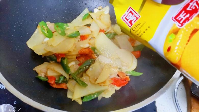尖椒土豆片,加入适量的鸡精翻炒均匀即可出锅