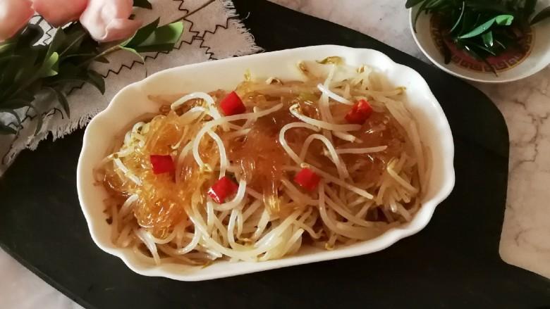 豆芽炒粉丝,装盘食用。