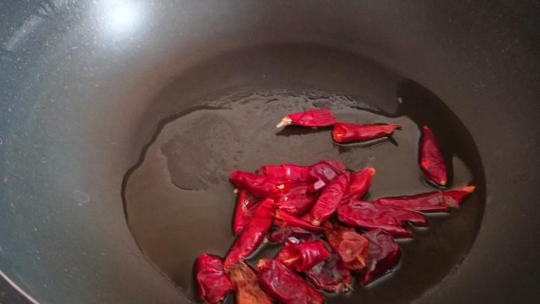豆芽炒粉丝,锅中倒入适量油烧热放入干辣椒炒香。