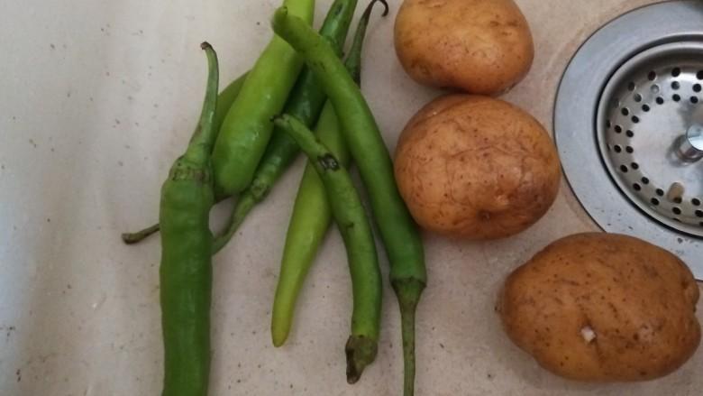 尖椒土豆片,小土豆3个,尖椒5个。