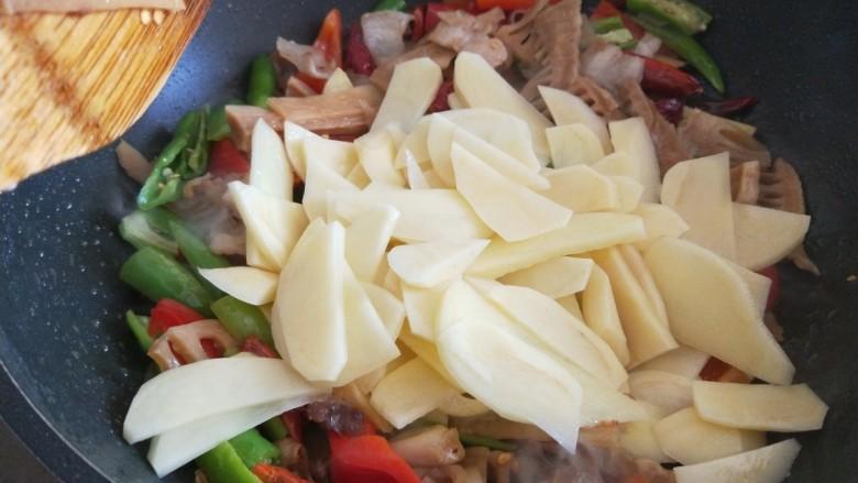 尖椒土豆片,倒入土豆片炒均匀。