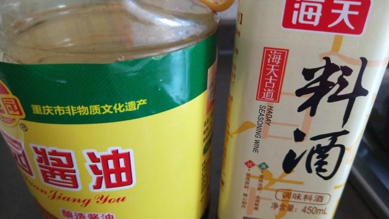 尖椒土豆片,加入料酒,酱油。