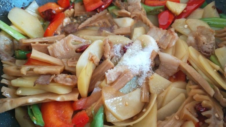 尖椒土豆片,加入适量味精炒均匀即可。