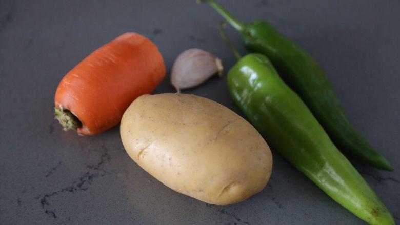尖椒土豆片,材料准备好