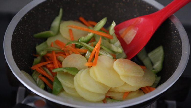 尖椒土豆片,加入尖椒和胡萝卜翻炒几下