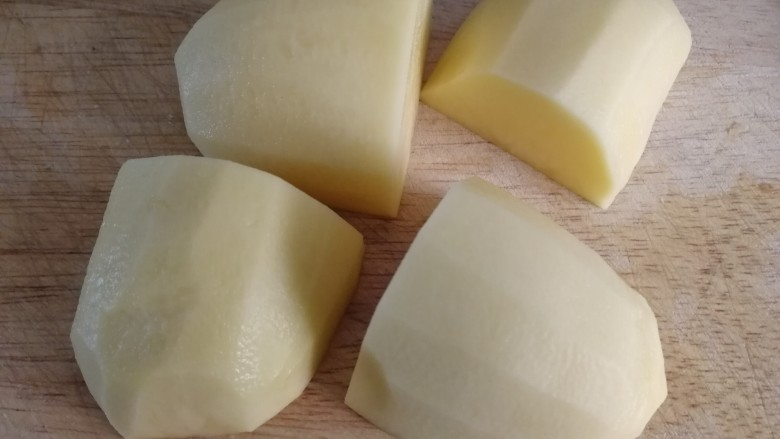尖椒土豆片,大一点的土豆对切四份。