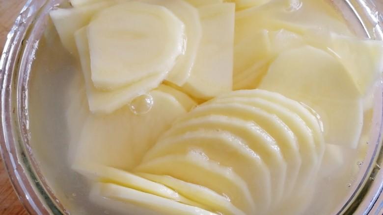 尖椒土豆片,切薄厚均等的片,清水里洗去多余的淀粉,炒的时候就不会粘锅。