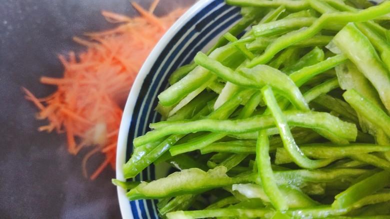 青椒炒胡萝卜,加入青椒丝