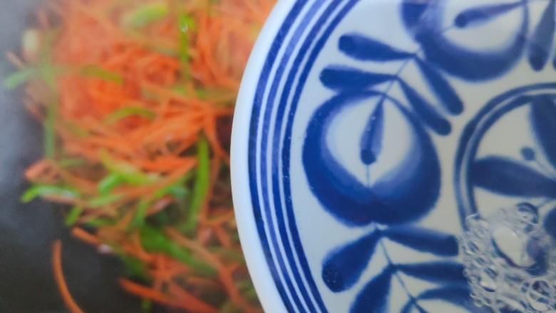 青椒炒胡萝卜,加小半碗热开水