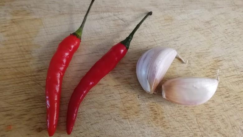 酸辣娃娃菜,两个小米辣和两瓣蒜。
