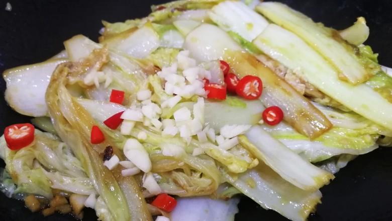 酸辣娃娃菜,放另一半蒜末和小米辣。