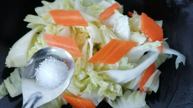 酸辣娃娃菜,加入半勺盐调味