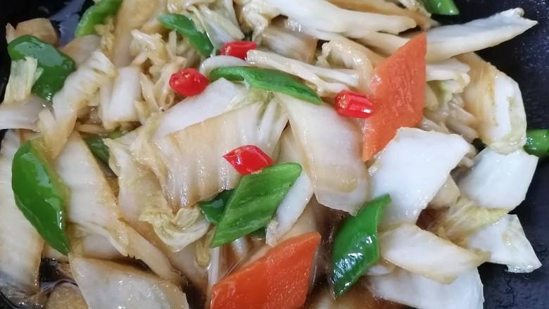 酸辣娃娃菜,最后放入青椒翻炒均匀即可出锅