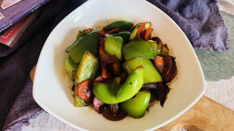 青椒炒胡萝卜,装盘食用。