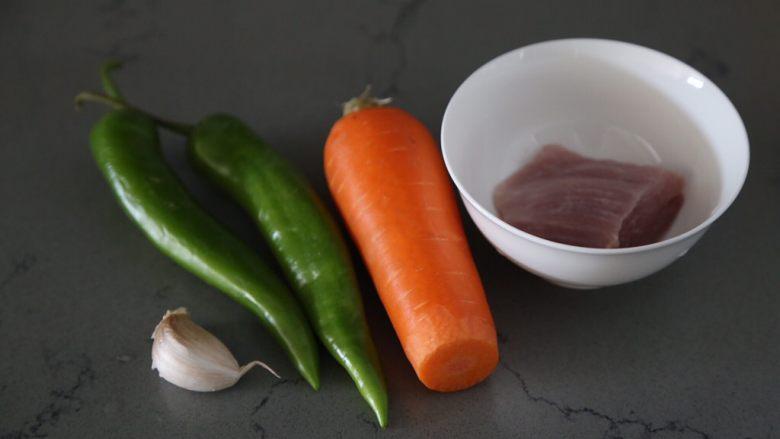 青椒炒胡萝卜,材料准备好