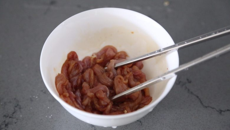 青椒炒胡萝卜,拌匀腌制一会