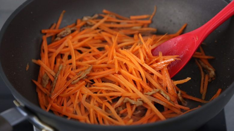 青椒炒胡萝卜,再加入胡萝卜翻炒