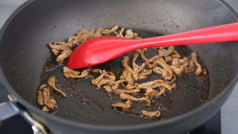 青椒炒胡萝卜,加入酱油翻炒上色