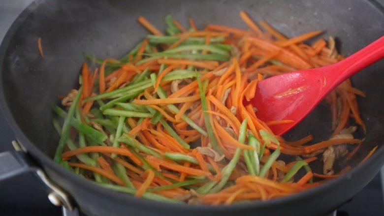 青椒炒胡萝卜,再加入青椒继续翻炒