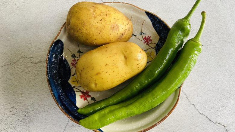 尖椒土豆片,准备好食材