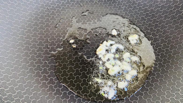 尖椒土豆片,起油锅放入蒜末炒香