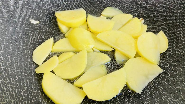 尖椒土豆片,放入土豆片翻炒片刻